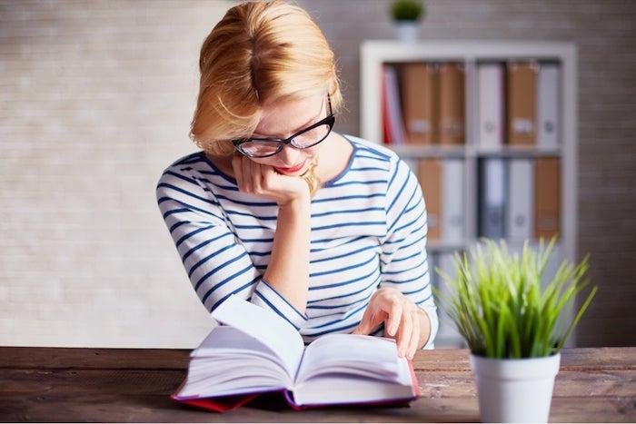 was kann man heute machen eine frau die bücher liest bücher lesen ein blumentopf mit pflanzen