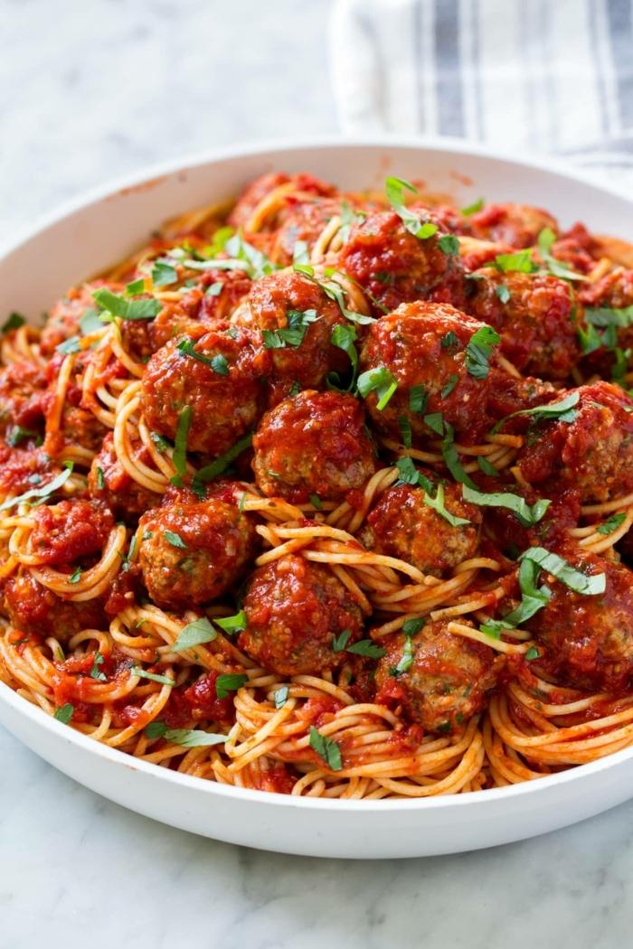 was soll ich kochen fleischklößchen mit tomatensoße kräutern und tomatensoße abendessen für kinder