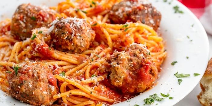 was soll ich kochen pasta spaghetti mit fleischklößchen parmesan und tomatensoße