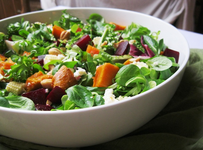 weiße schüssel mit salat mit grünen blättern eines feldsalats gurken und käse feldsalat rezepte