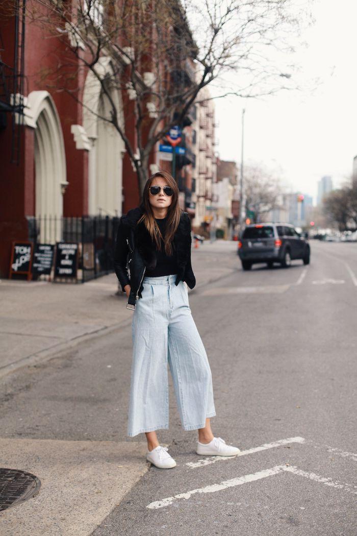 weiße sneakers schwarze bluse und lederjacke aviator sonnenbrillen dunkelbraune haare culottes jeans hohe taille mit flair new york street style