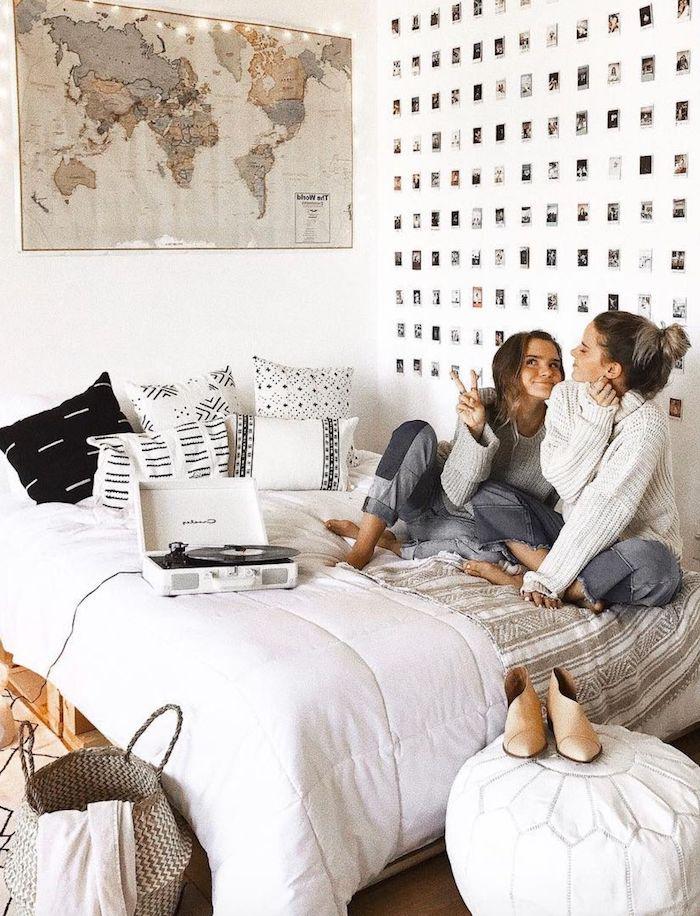 weiße wand dekoriert mit vielen fotos jugendzimmer mädchen ideen weltkarte deko artikel tumblr zimmer einrichten modern und stylisch