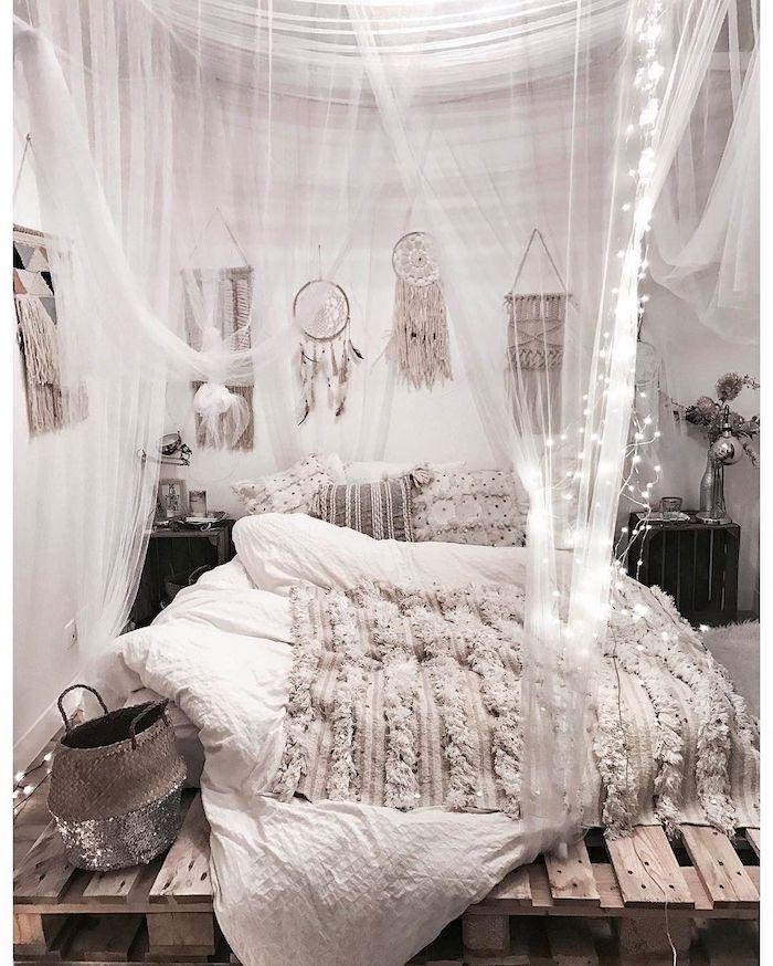 weißer baldachin traghimmel dekoration teenage zimmer mädchen bett aus paletten minimalistische einrichtung schlafzimmer kleine aufgehängte lichter