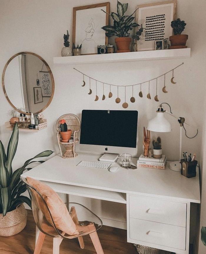 weißer tumblr schreibtisch apple mac computer runder spiegel linienzeichnung offenes regal boho chic inneneinrichtung inspiration große grüne pflanze