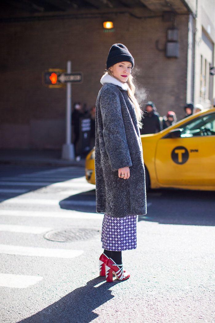 welche schuhe zur culotte winter outfit ideen grauer mantel gemusterte weite hose lila blauer beanie rote schuhe mit absatz frau mit blonden haaren new york street style