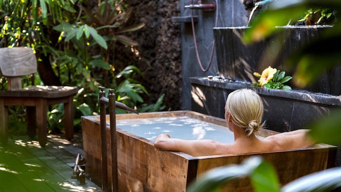 wellness zu hause eine frau badewanneim garten duschen was kann man heute machen grüne pflanzen im garten