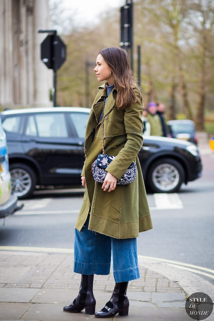 winter outfit inspiration street style grüner mantel culottes jeans schwarze schuhe mit absatz mini tasche
