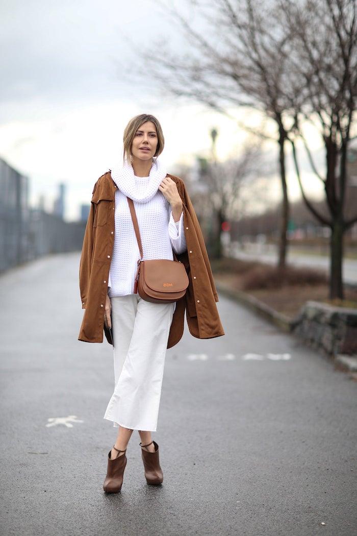 winter outfits inspiration beige hose kombinieren culottes für welche figur weiße bluse brauner mantel und mini tasche street style winter ideen elegante stiefel mit absatz