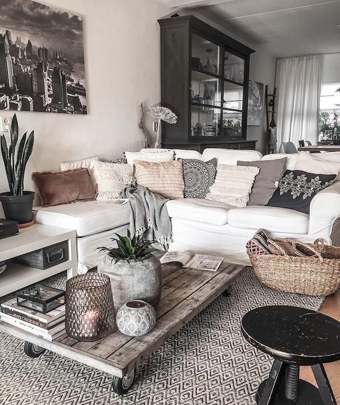 wohnzimmer einirchten tumblr deko interior design 2020 trends ecksofa weiß dekoration kissen niedriger tisch aus holz boho chic inneneinrichtung