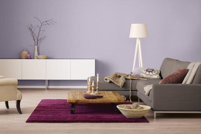 wohnzimmer wände streichen schön wohnen ideen mauve wandfarben helle bodendecke teppich in dunkellila graue couch und weißen schrank