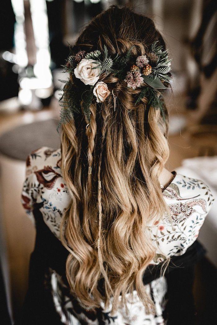 wunderschöne hochsteckfrisuren mit locken halb hoch halb unten mit blumen im haar brautfrisur halboffen braune haare mit blonden strähnen originelles brautkleid