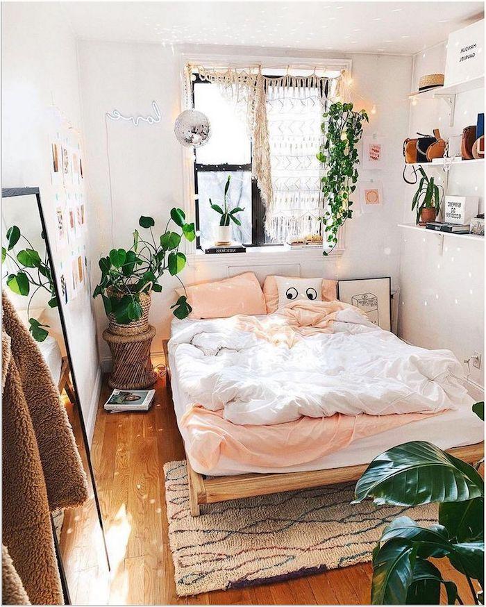 wunderschönes boho schlafzimmer bett aus paletten jugendzimmer mädchen ideen brauner teppich offene regale hängende pflanzen deko