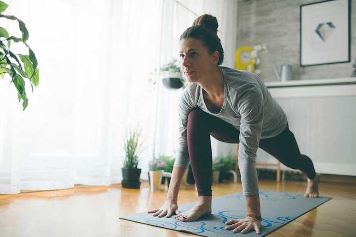 yoga üben eine junge frau blumentöpfe mit grünen pflanzen ideen für kostenlose freizeitaktivitäten