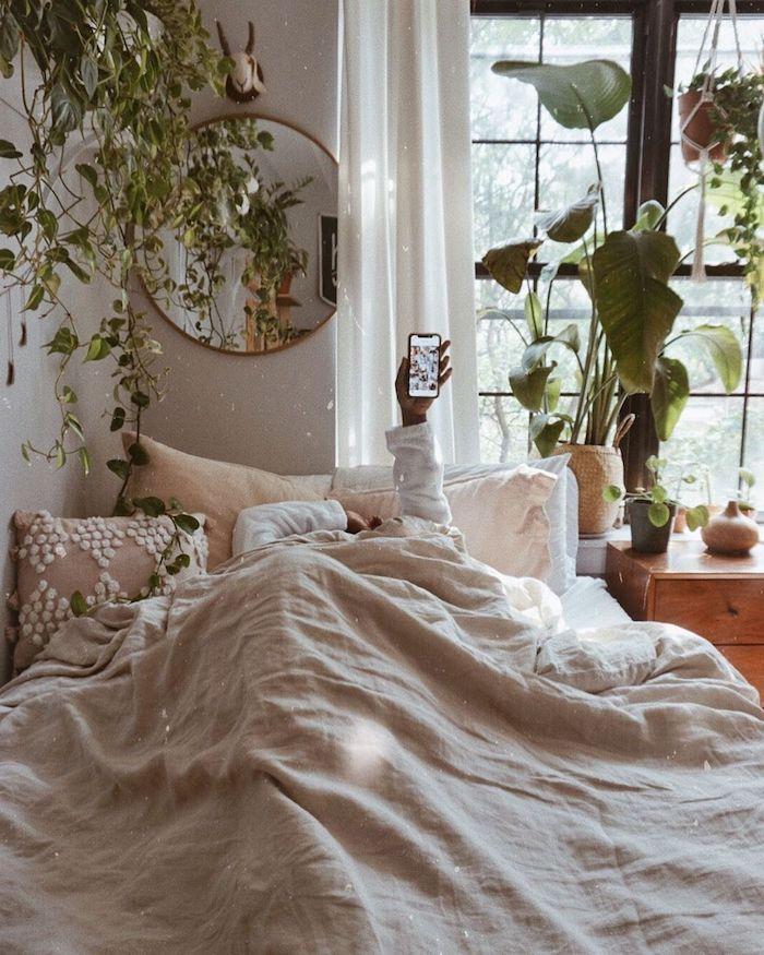 zimmer einrichten ideen tumblr deko viele grüne pflanzen runder spiegel innenausstattung schlafzimmer mädchen deko kissen