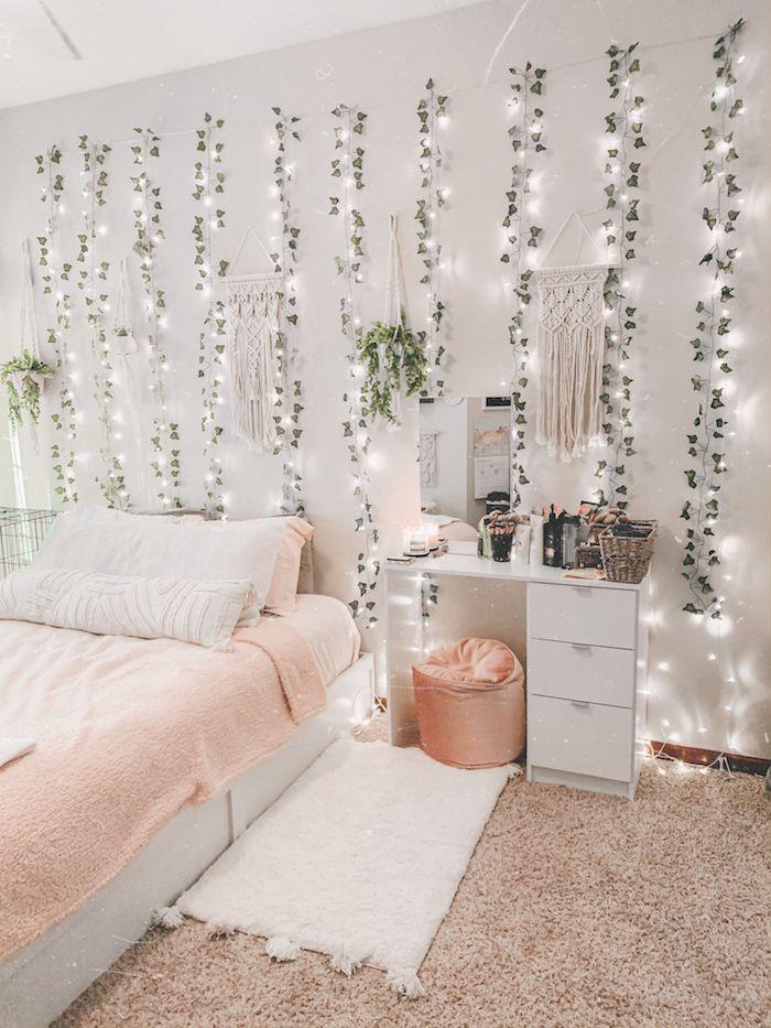 zimmerdeko mit lianen und lichterketten tumblr zimmer deko pinke und weiße farben flauschiger teppich teenager zimmer inneneinrichtung