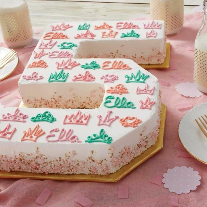 0 geburtstagstorte für mädchen torte zum 5 geburtstag dekroiert mit buttercreme kronen herzen tortendeko ideen