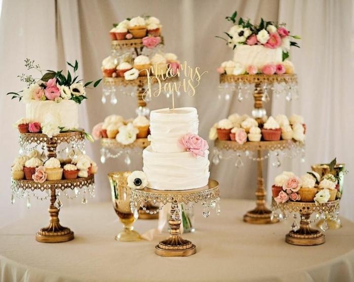1 candy bar hochzeit ideen bilder inspirationen torte dekoriert mit weißer sahne hochzeitsmuffins cupcakes candybar