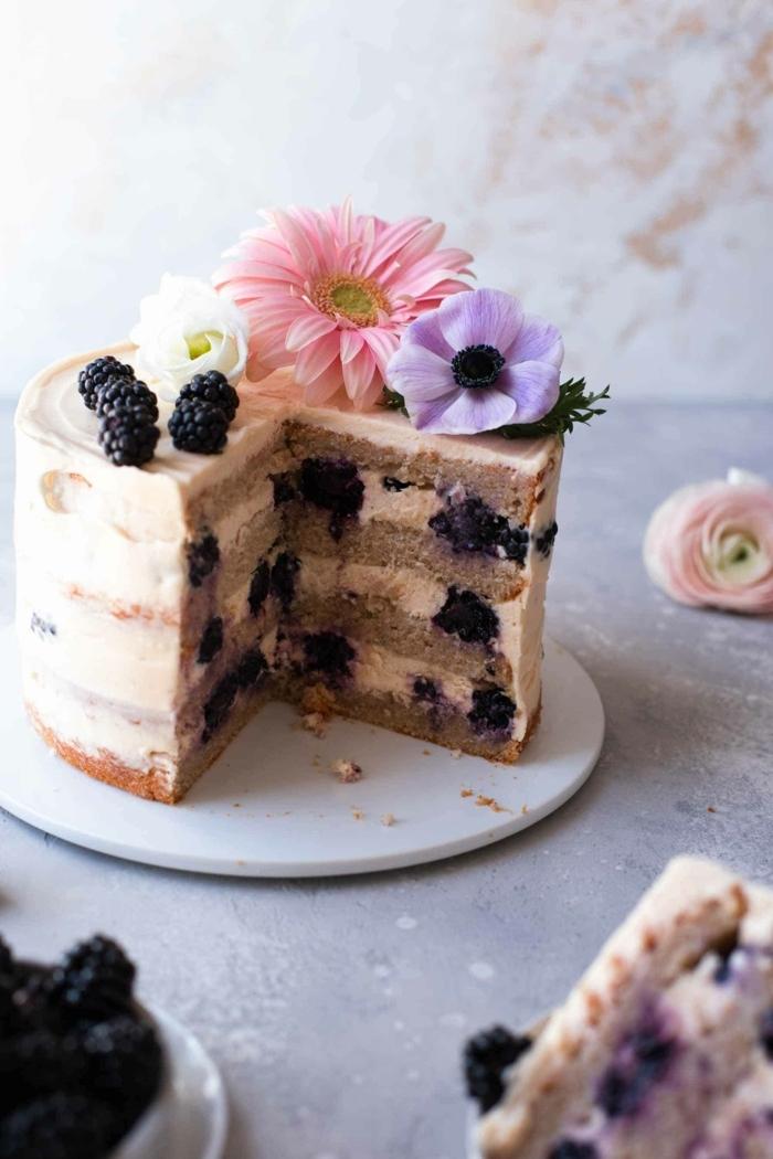 4 geburtstagstorte für mädchen 14 jährige mädchen torte zum geburtstag mit beeren dekreirt mit blüten und rosa creme