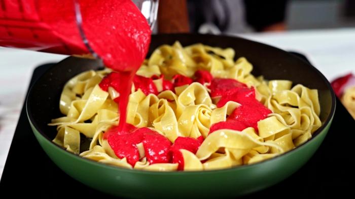 6 halloween essen für gäste pasta mit roter soße pastasoße mit roter bete rezept