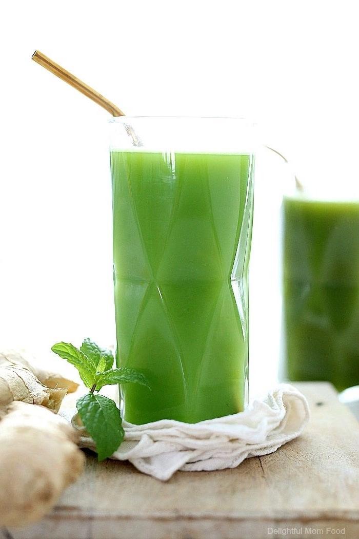 7 grüner detox saft aus römersalat kokosnusswasser gurke sellerie zitrone ingewe einfache rezepte zum abnehmen gesund lecker tasse mit grünem getränk