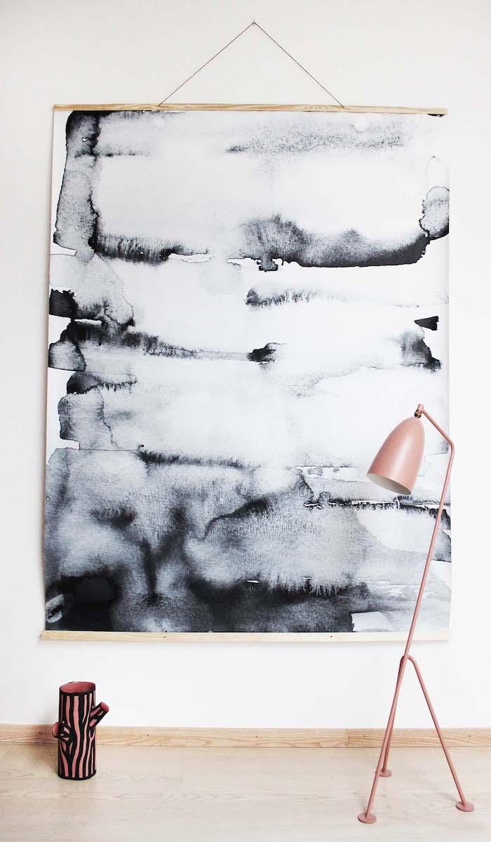 aquarell wandbehang schwarz weiß scandi style bilder skandinavische einrichtung wohnzimmer pinke dreibeinige lampe wanddeko ideen