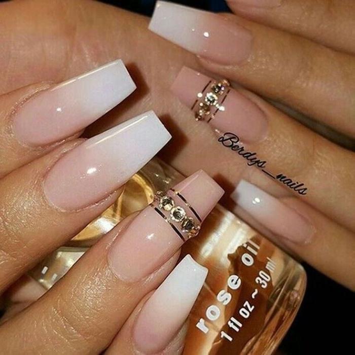 babyboomer mit glitzer dame mit eleganter maniküre weiß rosa fließender nagellack nageldesign 2020 inspiration