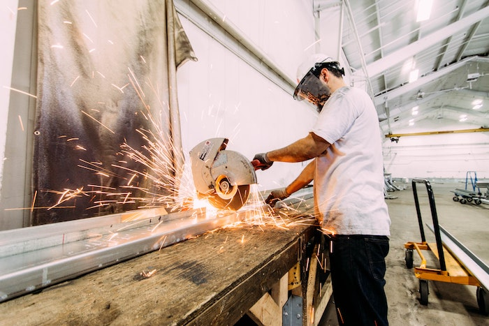 bauen und renovieren ein mann gutscheine für heimwerker
