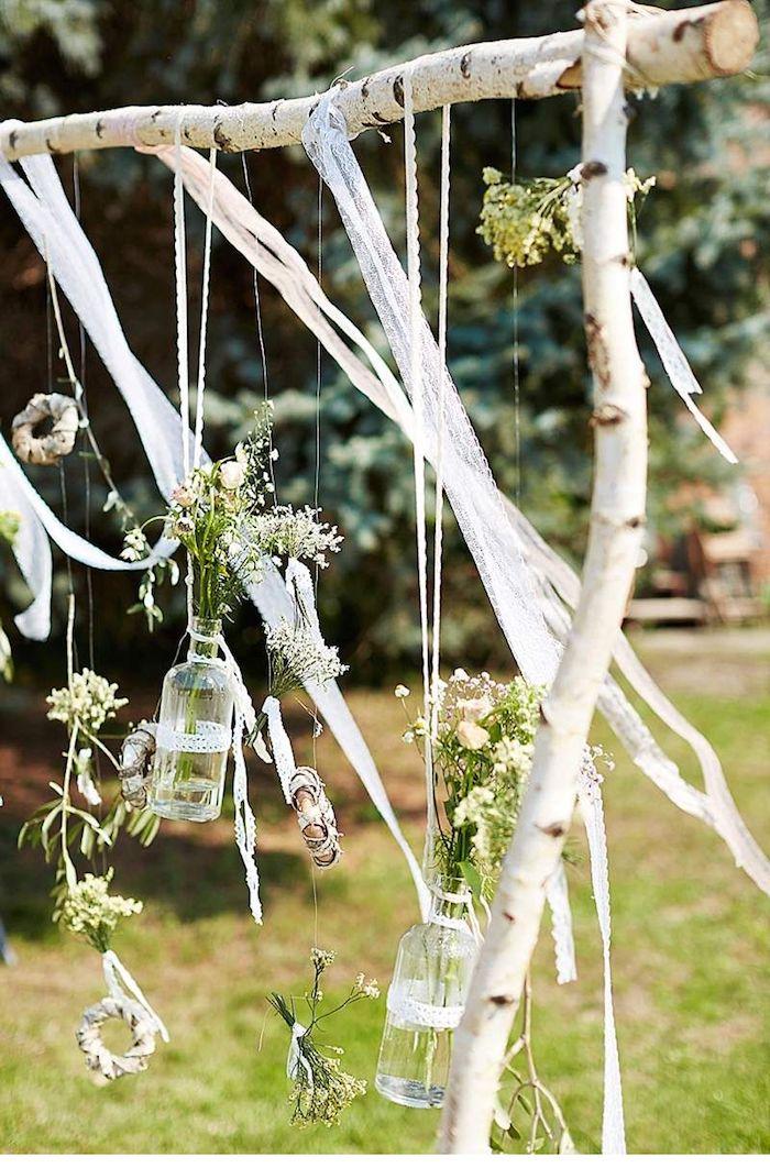 besondere anlässe dekoration boho stil hochzeit aufgehängte kleine flaschen mit blumen auf bierkenstamm originelle birkenholz deko