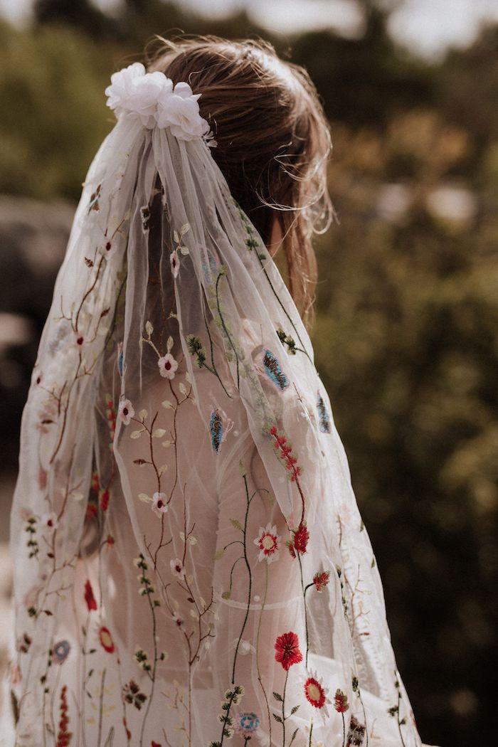 bestrickter schleier mit bunten blumen hippie styke boho brautkleid halboffene hochzeitsfrisuren ideen inspiration