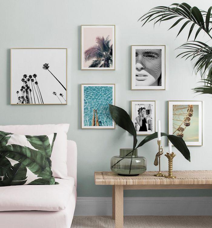 bilderwand ideen und inspiration skandinavische wanddeko skandi stil inneneinrichtung blassrosa sofa kissen tropisches muster grüne pflanze minimalistische holzbank zwei kerzenhalter mit weißen kerzen