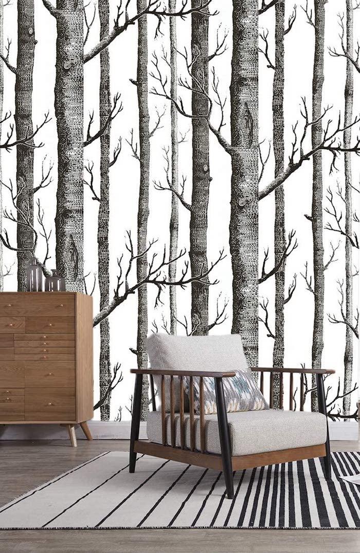 birkenstamm deko wohnzimmer schwarz weiße tapete mit birkenbäume minimalistische moderne inneneinrichtung sessel graue polsterung kommode aus holz beiger teppich