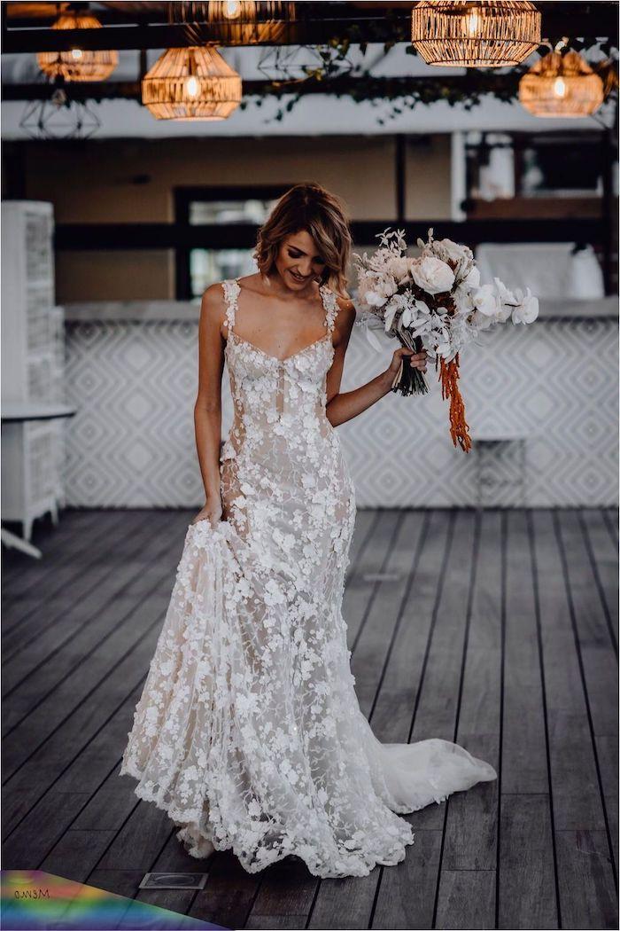 blumenstrauß weiße blumen enges hochzeitskleid spitze ohne ärmel verziert mit blumen hochzeitsfrisuren kruze haare elegantes styling hochzeit