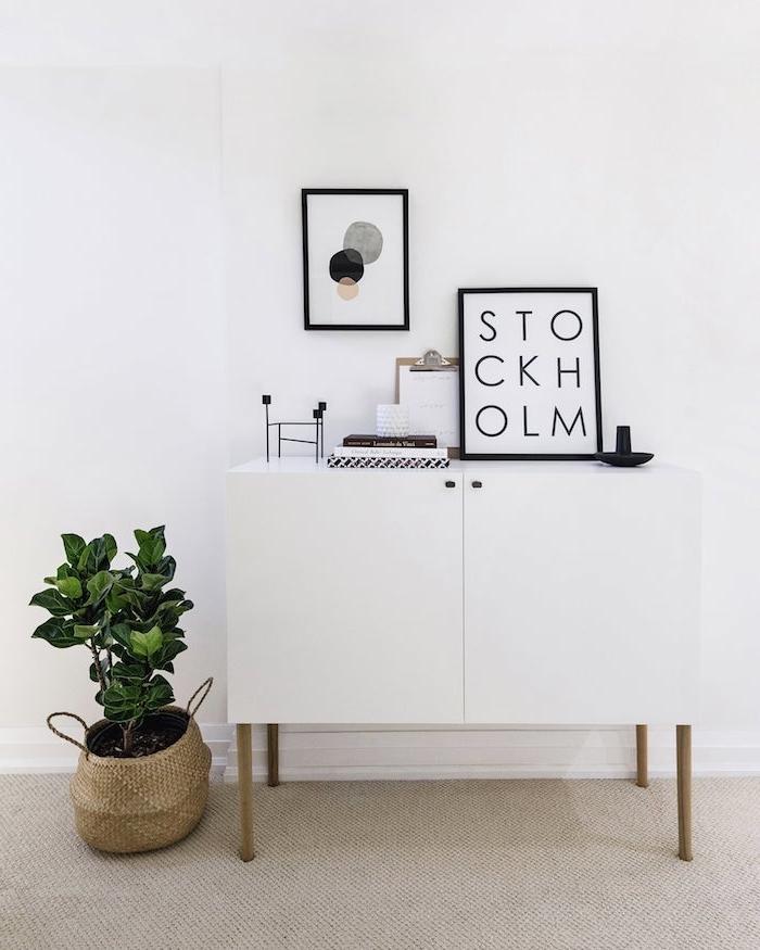 blumentopf korb grüne pflanze deko nordisch weißer schrank mit holzbeinen minimalistische skandinavische einrichtung wohnzimmer bilder wanddeko inspiration und ideen