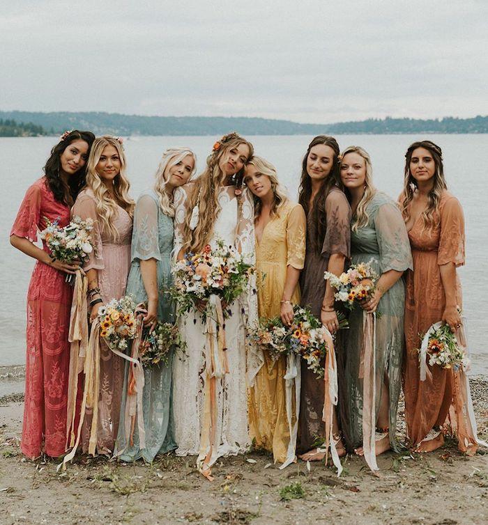 böhmisch inspirierte hochzeit braut hochzeitskleid mit spitze hippie stil bunte brautjungfer kleider wildblumen hochzeitsstrauß