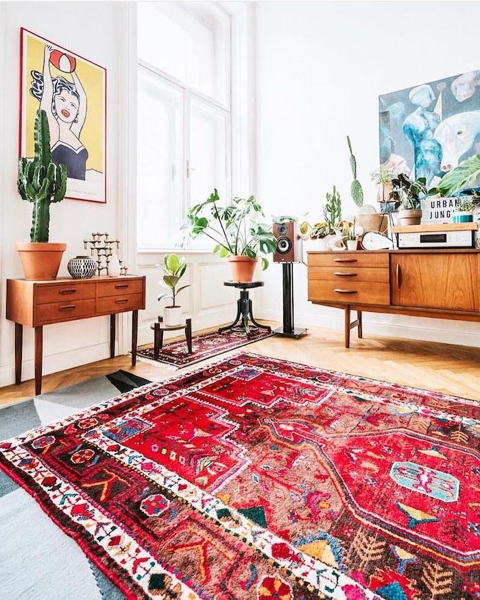 böhmischer stil inneneinrichtung roter teppich mit muster vintage kommoden aus holz wohnzimmerwand ideen moderne bilder pflanzen und kakteen deko