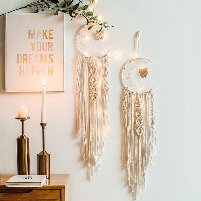 bohemischer stil inneneinrichtung poster mit inspirierendem zitat make your dreams happen goldene kerzenständer großer traumfänger mond form hängeleuchten