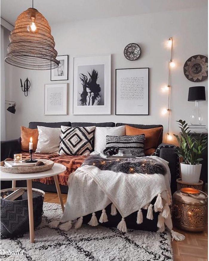 boho chic inneneinrichtung wohnzimmer stilvolle deko für das wohnzimmer schwarz weiße bilder an die wand dekoartikel hängeleuchten ecksofa mit bunten decken und kissen moderne schwarze lampe