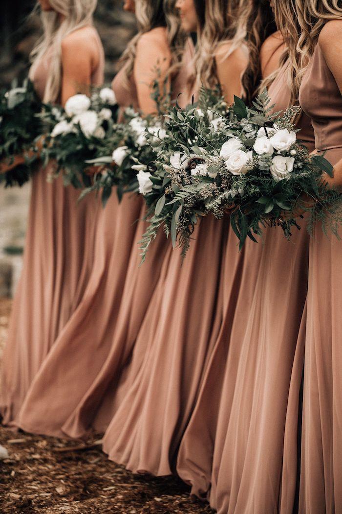 brautjunfer lange kleider inspiration hippie style boho inspiration terracotta farbe blumenstrauß weiße rosen lange gewellte haare