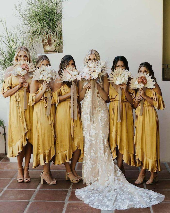 brautjungfer senf gelbe kleider originelle blumensträuße langes hochzeitskleid mit spitze und schleppe boho chic hochzeit