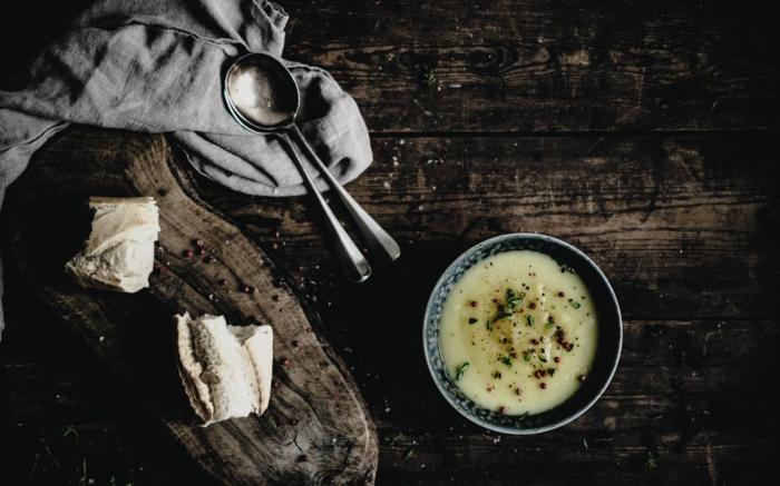 brot und ein brett aus holz zwei löffel einfaches und schnelles kartoffelsuppe rezept