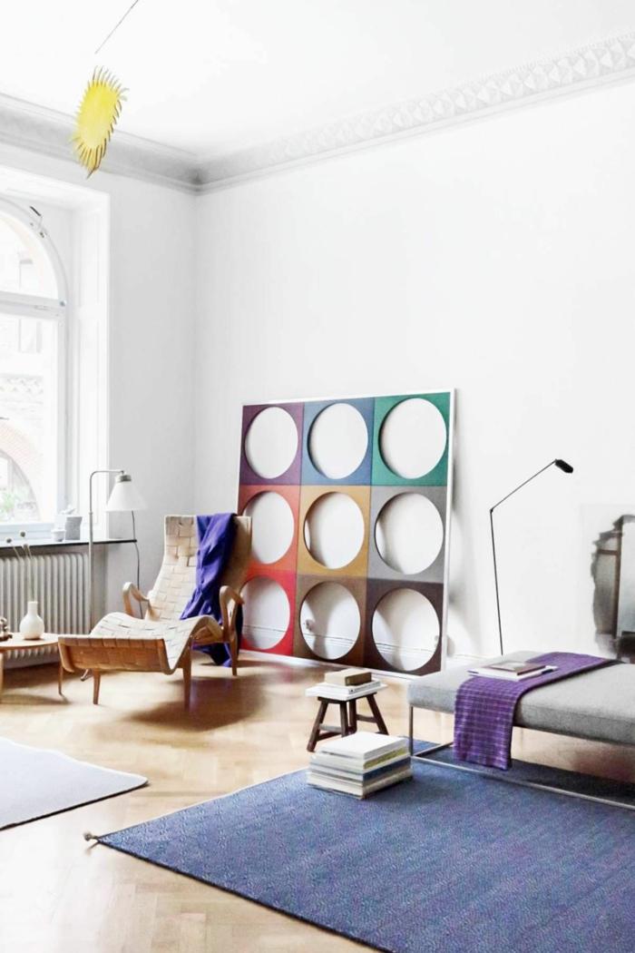 bunte skandinavische waddeko abstraktes bild blauer teppich weiße wände scandi stil einrichtung wohnzimmer interior design 2020 resized