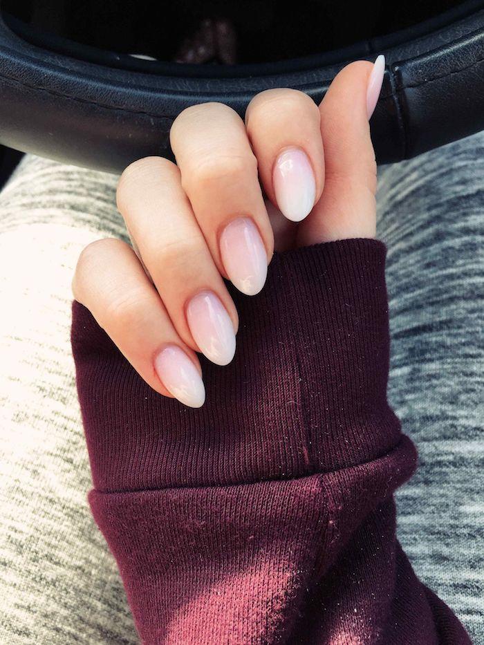burgundroter sweatshirt kurze nägel mandelform minimalistisches nageldesign gelnägel babyboomer eleganter nagellack blassrosa weiß