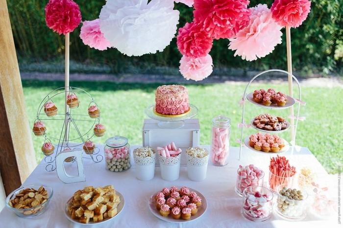 candy bar süßigkeiten ideen tischdeko in weiß und rosa kleine torte im ombre look außenparty hochzeit