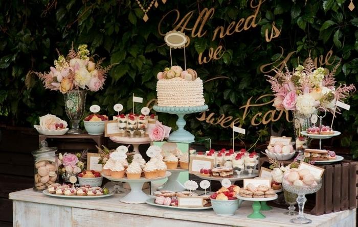candy bar süßigkeiten ideen tischdeko kleine torte viele leckereien muffins cupcakes