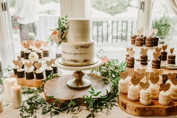 candybar ideen in rustikaler stil naked cake hochzeitstorte dekoriert mit sahne hochzeitscupcakes cupcake deko tisch