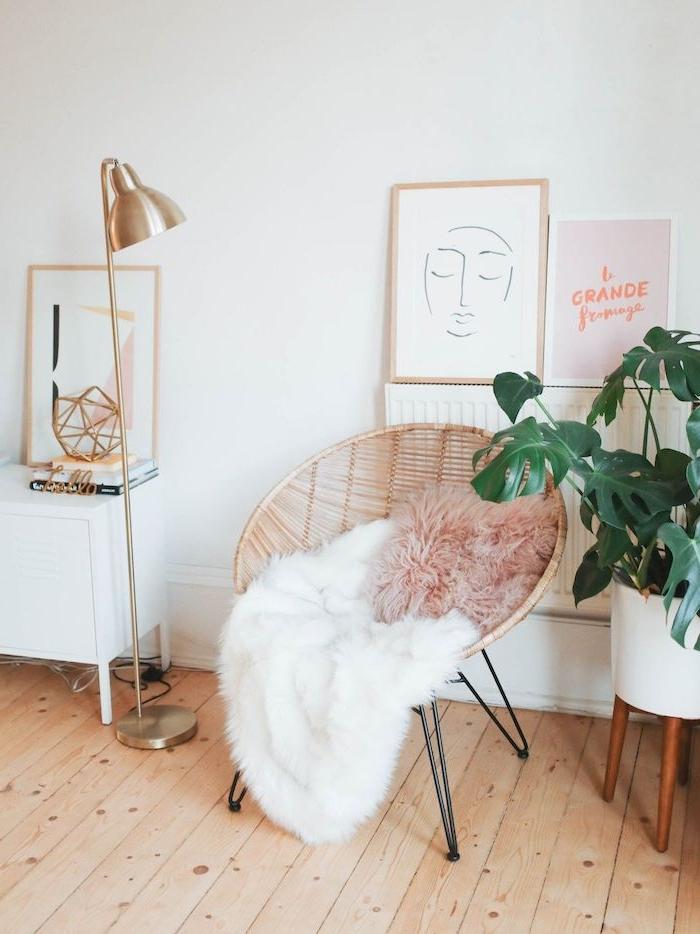 chiker stuhl flauschiger pinker kissen weiße decke kleine kommode mit beinen minimalistische bilder linienzeichnung grüne pflanze in weißer vasse wanddeko wohnzimmer modern