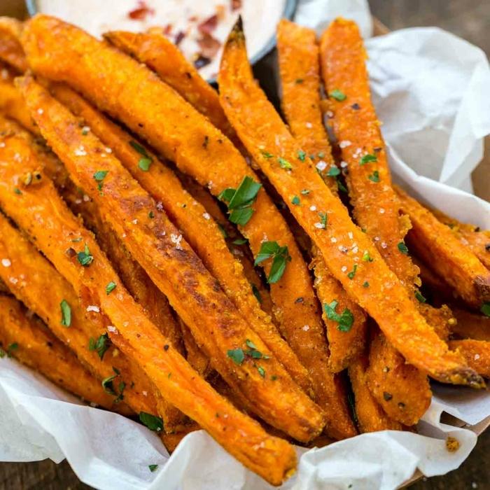 chips selber machen backofen gebackene süßkartoffel fries kartoffelfris zubereitung einfaches partyessen kartoffelchips im ofen
