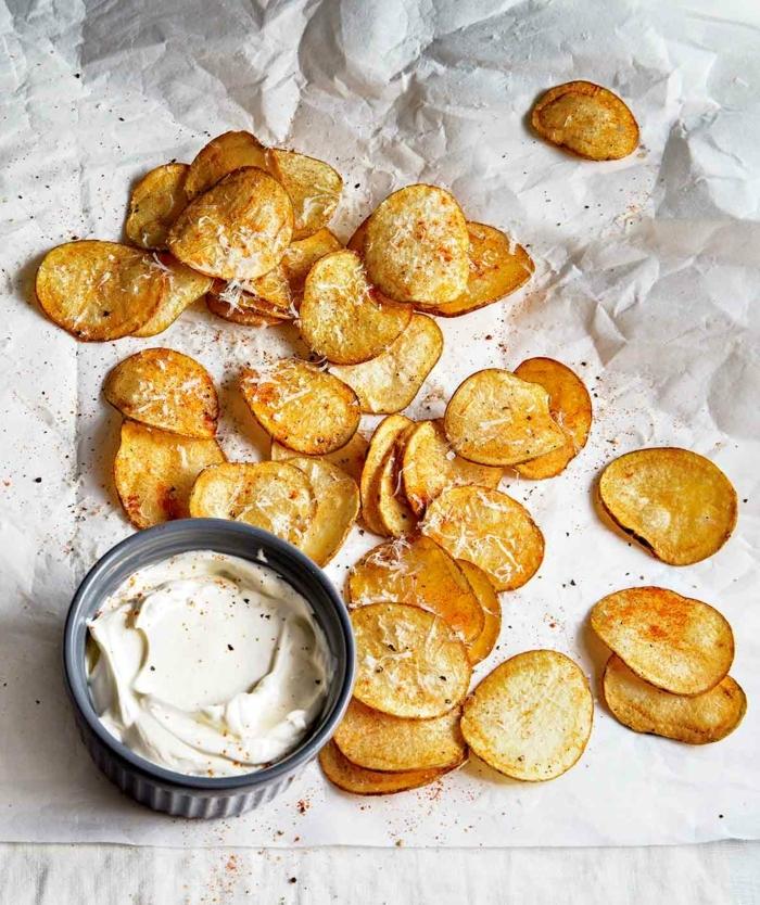 chips selbst machen ofen kartoffelchips mit salz und leckerer soße chipssoße zubereiten