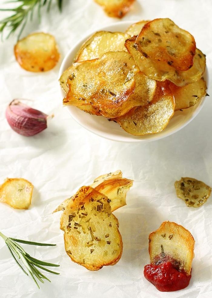 chips selbst machen schritt für schritt schnelle partyrezepte selbstgemachte kartoffelchips mit rosmarin