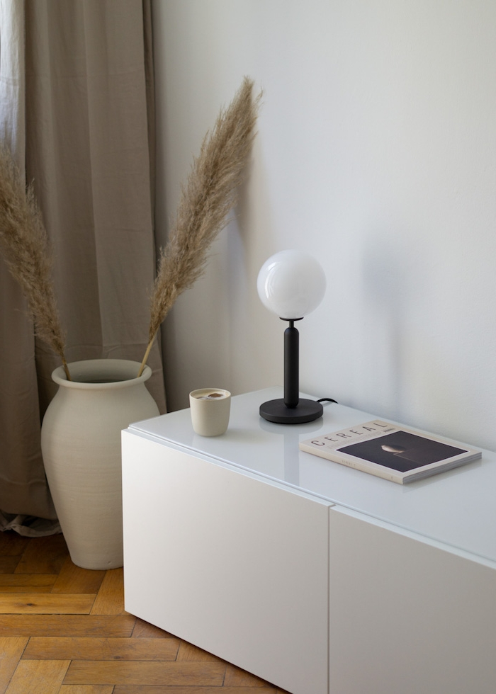 dänisches design skandinavische einrichtung pinterest scandi lampe schwarz minimalistische inneneinrichten weiße kommode nordische inspiration große weiße vase